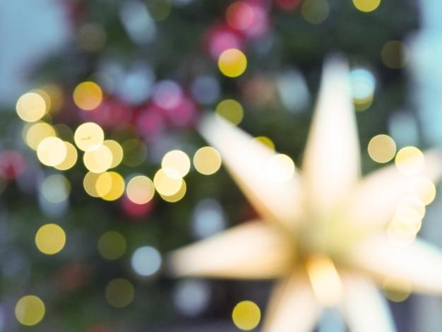 多重ライトと星のクリスマスツリー