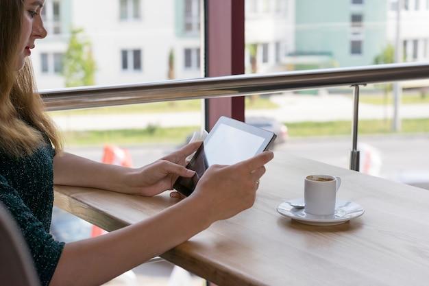 現代のデバイスを使用してかわいい女性