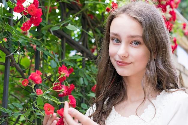 自然を楽しむ素敵な若い女性