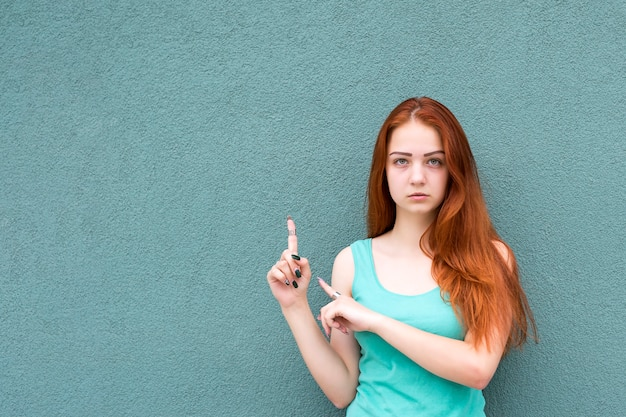 スタイリッシュな赤い髪の少女