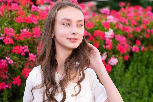 魅力的な若い女性が公園でポーズ