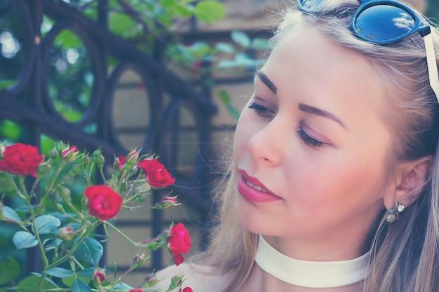 美しい花とかわいい魅力的な女の子