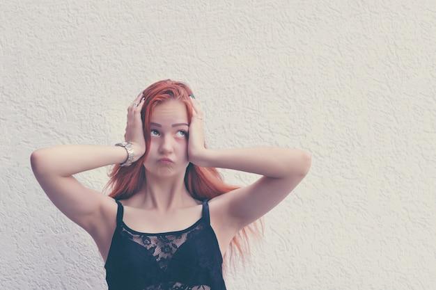 Возмущенная девушка представляя