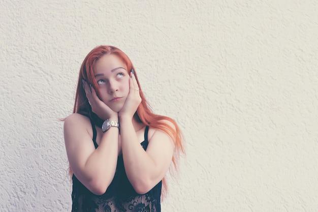 Несчастная девушка смотря вверх