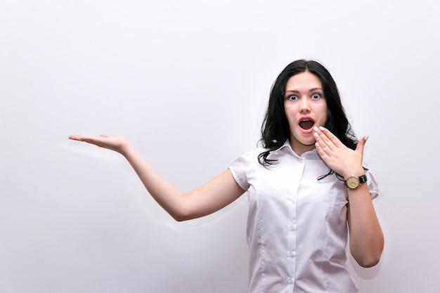 Удивленная девушка закрывает рот рукой