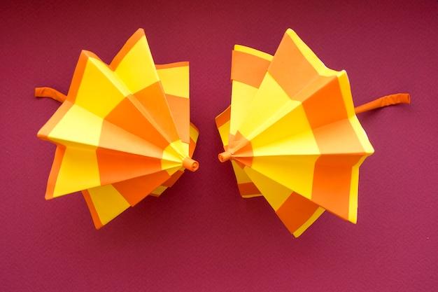 Разноцветные бумажные зонтики ручной работы