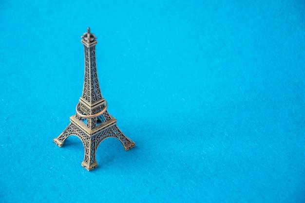 ジュエリーリング付きエッフェル塔の小さな金属モデル