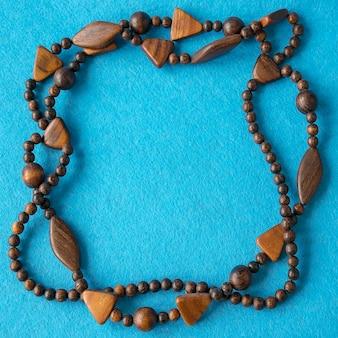 美しい木製のネックレスの平面図。