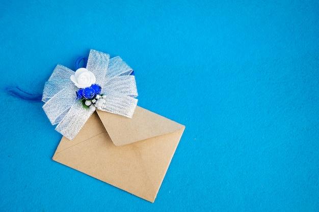 結婚式や誕生日イベントの美しい招待状。