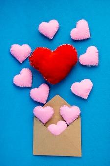 ロマンチックな手紙:クラフト紙の封筒が開いて心が飛んでいます。