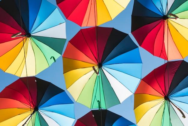 Красочный фон из красивых зонтов на фоне голубого неба