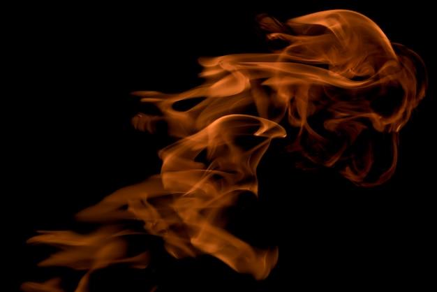 火と炎が黒い背景に