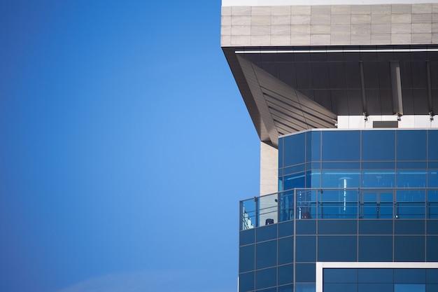 Современные стеклянные небоскребы здания с отражением облачного неба. бизнес район фона.