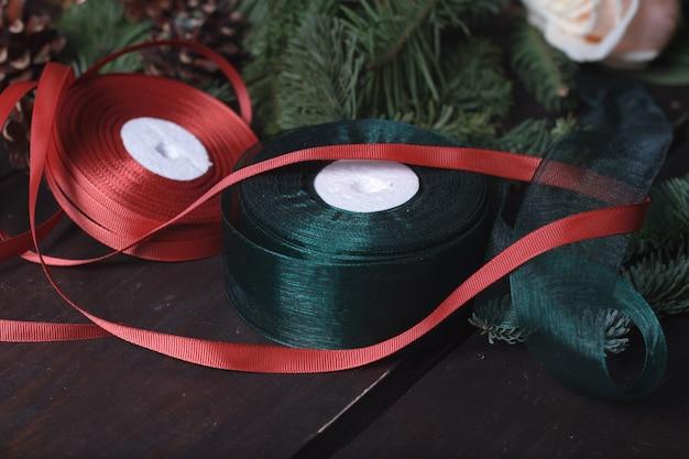 クリスマスの花輪、休日の装飾を作るクローズアップデスクトップ花屋