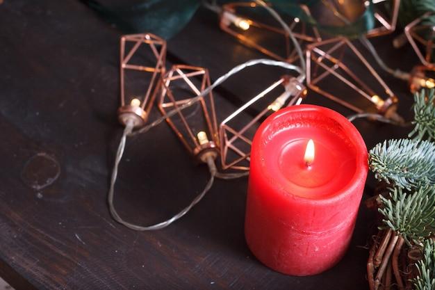 Крупный план рабочего стола флориста сделать рождественский венок, декор праздника