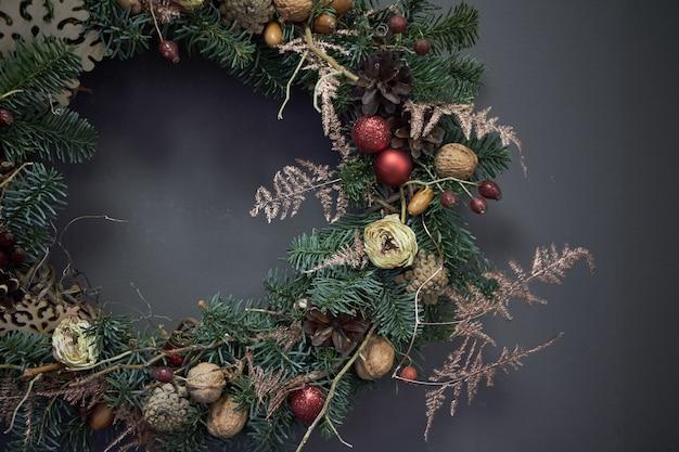 モミの枝で飾られたブドウのクリスマスリース