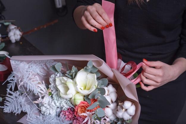 女性の花屋は花束を作る