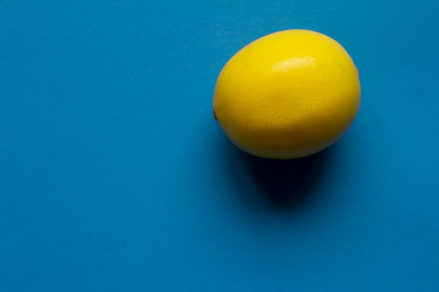Вид сверху свежего желтого лимона