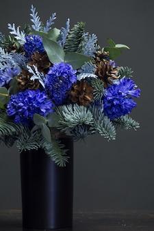 Зимний букет из синих гиацинтов и шишек