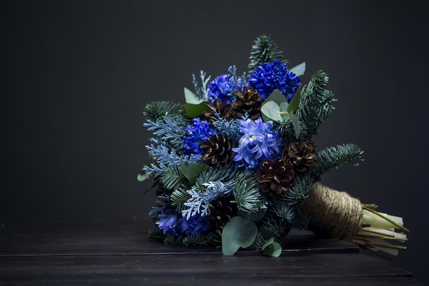 Зимний букет из еловых веточек, синих гиацинтов и шишек