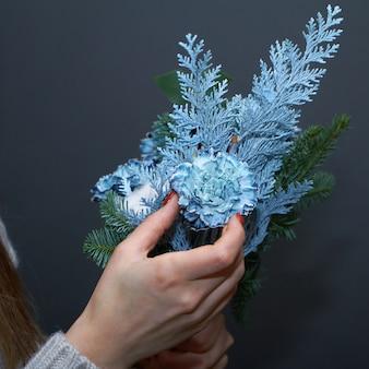 Женщина флорист делает букет на заказ, концепция собственного цветочного бизнеса, выборочный фокус
