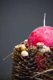 Конец-вверх оформления зимы с красной свечой на деревянной поверхности, селективного фокуса