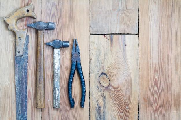 木製のテーブルの上に大工道具
