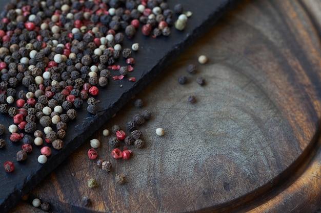 コショウのスパイスのテクスチャです。色とりどりのペッパーコーン、カラフルな穀物のミックス。