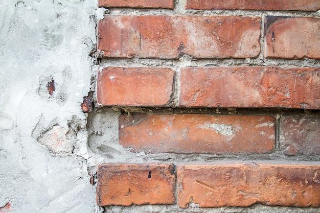 Старая треснутая предпосылка кирпичной стены.