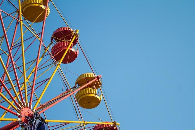 Винтажное колесо обозрения на бирюзовом небе