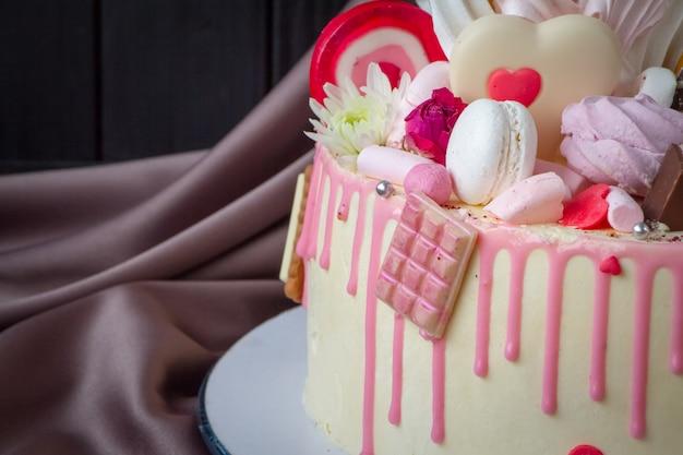黒と白のチョコレートスポンジケーキのクローズアップ