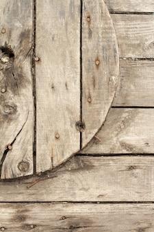 Крупный план деревянной катушки для кабеля и кабеля, предпосылки или концепции