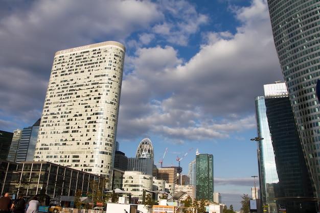 青い曇り空を背景パリラデファンスのビジネス地区のガラス高層ビルの底面図