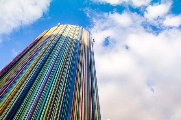 ヨーロッパ最大のビジネス地区であるラ・デファンス地区の青い空に彫刻アートオブジェクトルモレッティ