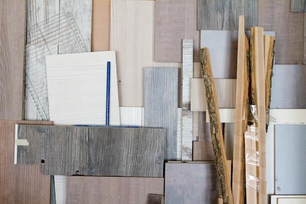 家具工房の木製の柱と厚い板は、すぐに作業できる状態です
