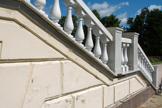 Старая белая каменная лестница с классическими балясинами