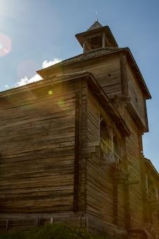 青い曇り空を背景に高い望楼と古い木製の要塞