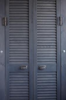 暗い灰色のシャッタードアのクローズアップ