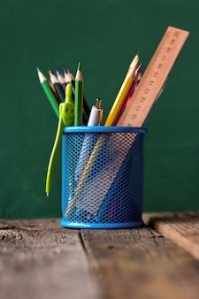 学用品と青い金属容器