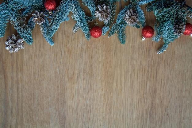 テキスト、ソフトフォーカスのコピースペースを持つ木製のぼろぼろの背景にクリスマスの装飾とトップビューモミ枝