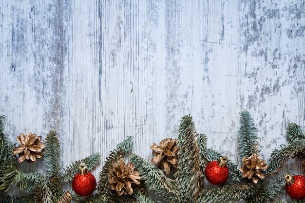テキスト、ソフトフォーカスのコピースペースを持つ白い木製の背景にクリスマスの装飾とトップビューモミ枝