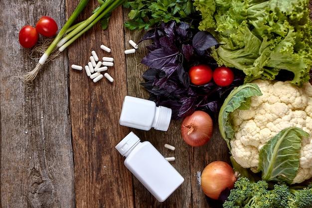 新鮮な野菜とハーブの古い大まかな木製の表面