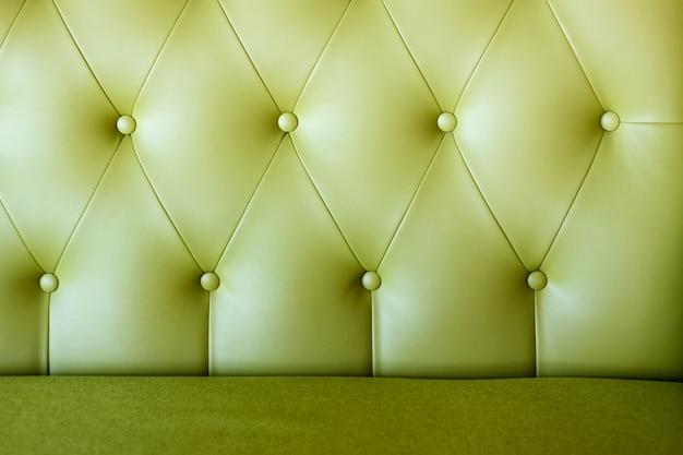 革張りのソファのキャリッジネクタイのクローズアップ