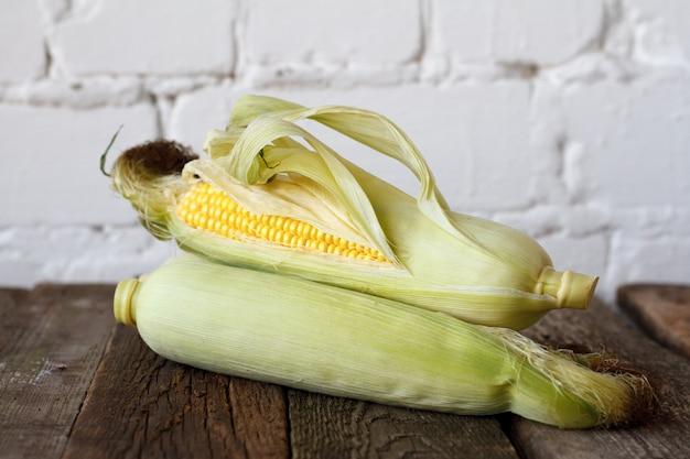 Крупный план осенней кукурузы на деревянном столе благодарения,