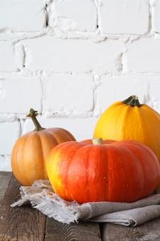 感謝祭のテーブルに秋のカボチャをクローズアップ、