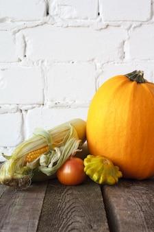 Осенние тыквы и другие овощи на деревянном столе благодарения