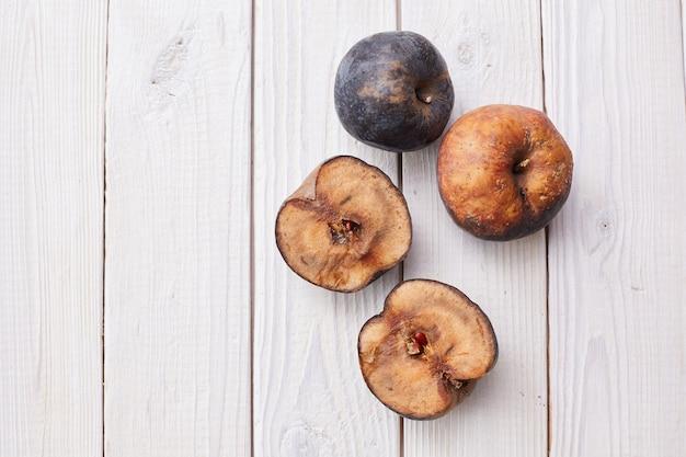 白い木製の床に甘やかされて育ったリンゴ。上面図