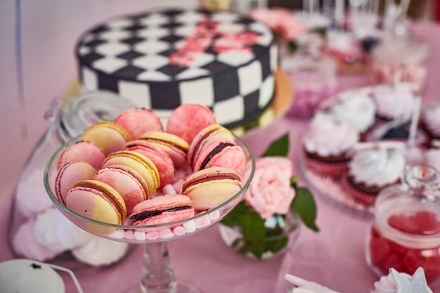 キャンディーバーのクローズアップマカロンケーキ