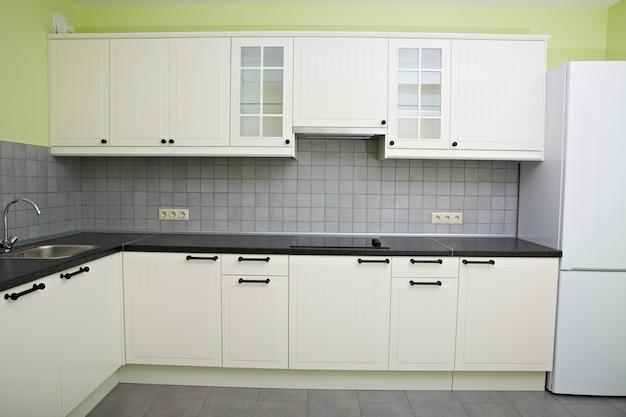 アパートのモダンな白いキッチン。