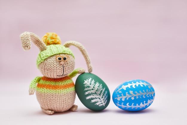 Вязаный кролик и два пасхальных яйца